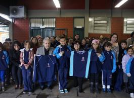 Mais tr�s escolas da rede municipal recebem uniformes