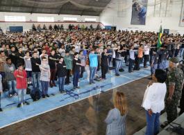 Jovens Dispensados do Servi�o Militar prestam juramento � Bandeira