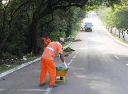 Avenidas Nei Brito, Jorge C. Costa e Itacolomi recebem servi�os de limpeza